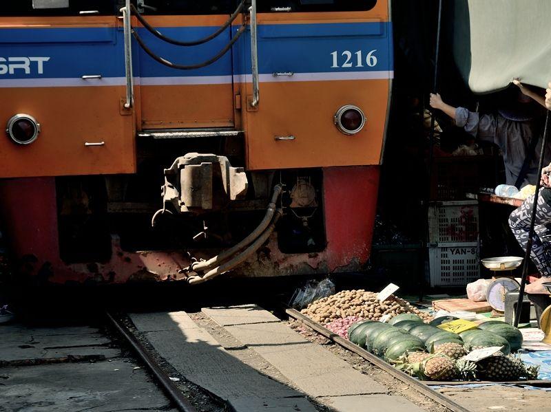 商品と列車がギリギリすぎる!