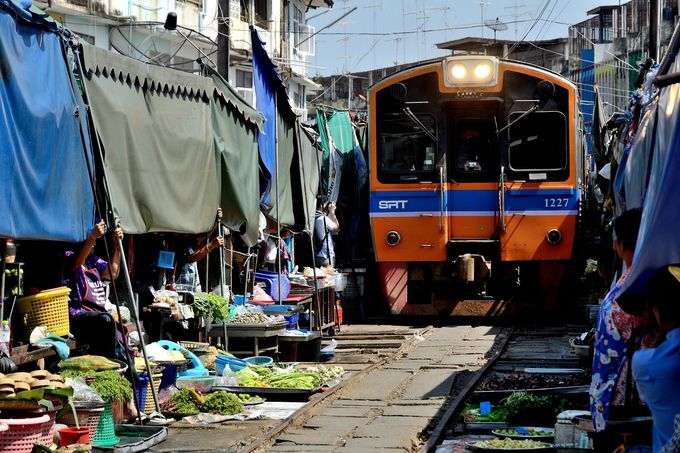 市場のど真ん中を電車が通る!