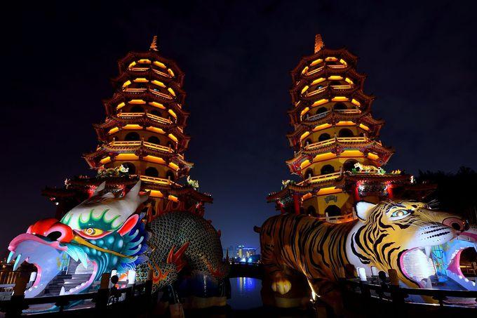 闇夜に浮かび上がる龍虎塔
