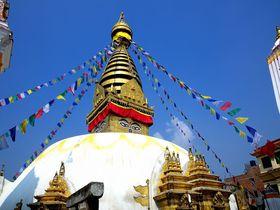 カトマンズにあるネパール最古の仏教寺院!スワヤンブナートで巨大ストゥーパを見上げる!