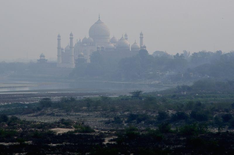 シャー・ジャハーンが幽閉された場所から見るタージマハル