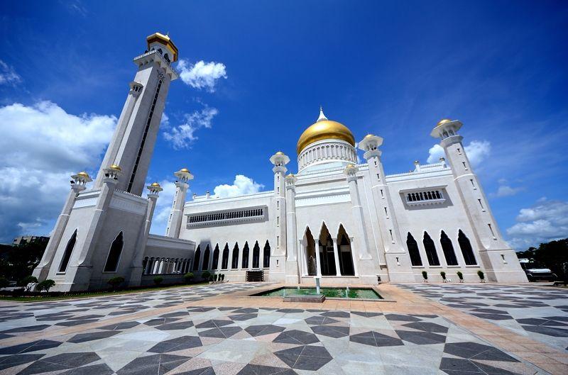ブルネイの中心に聳える、巨大なモスク