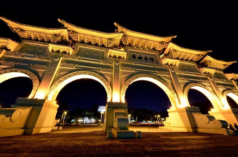 闇夜に浮かぶ巨大な大中至正門
