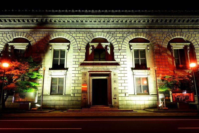 重厚なたたずまいが浮き上がる、夜の「旧三井銀行小樽支店 」