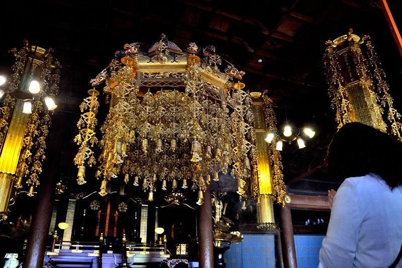 黄金の天蓋が美しい「法堂」