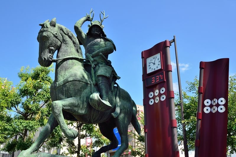 上田駅前に立つ「真田幸村公騎馬像」