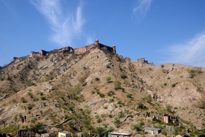 砂漠の山に建つ「ジャイガル要塞」