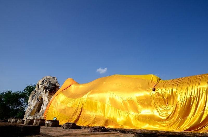 28メートルの寝釈迦仏が横たわる「ワット・ローカヤースッター」