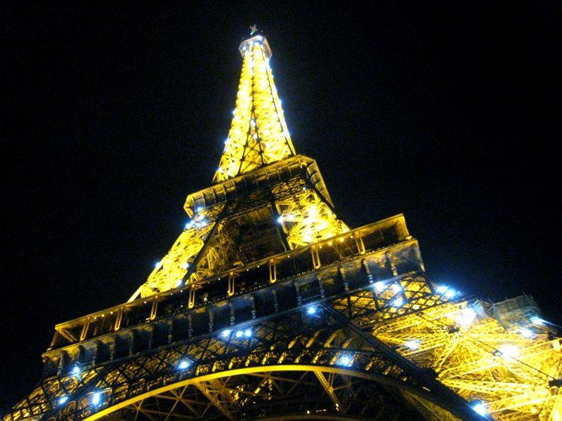 エッフェル塔は夜のライトアップも必見!