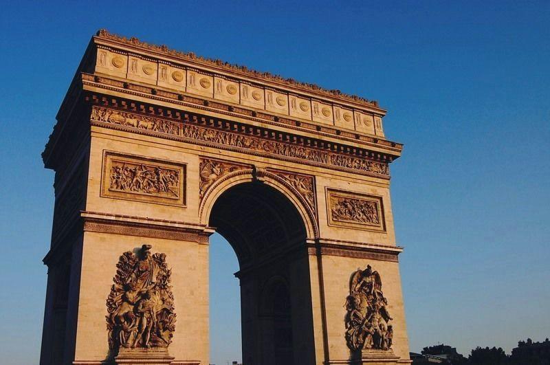 ナポレオンの偉業を讃える「エトワール凱旋門」