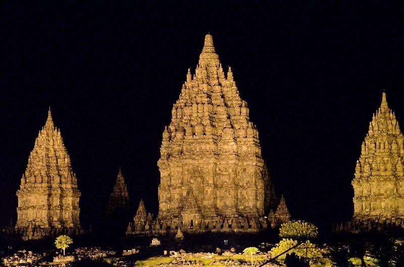 プランバナン寺院のライトアップは幻想的!