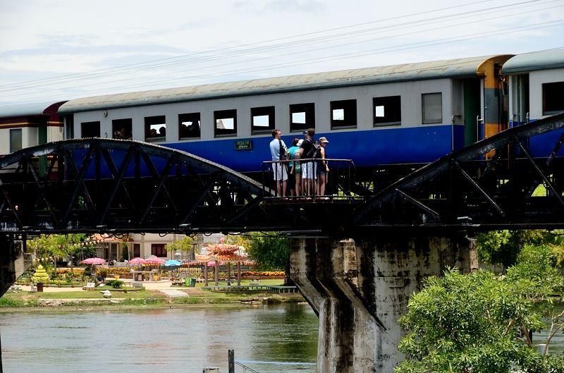 観光客とスレスレを通る泰緬鉄道!