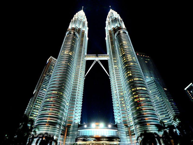 ライトアップに照らし出される夜のペトロナスツインタワー