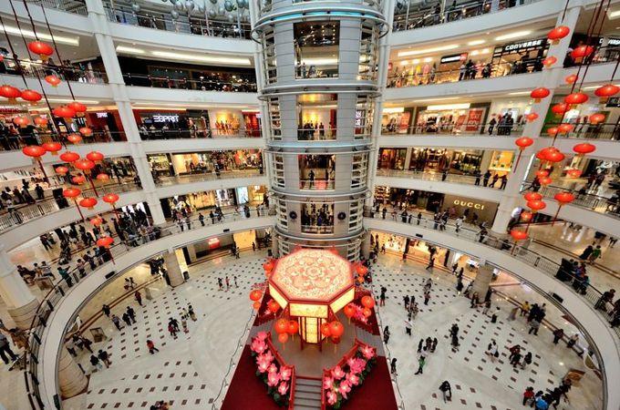 低層階はブランドショップの集まるショッピングモール!