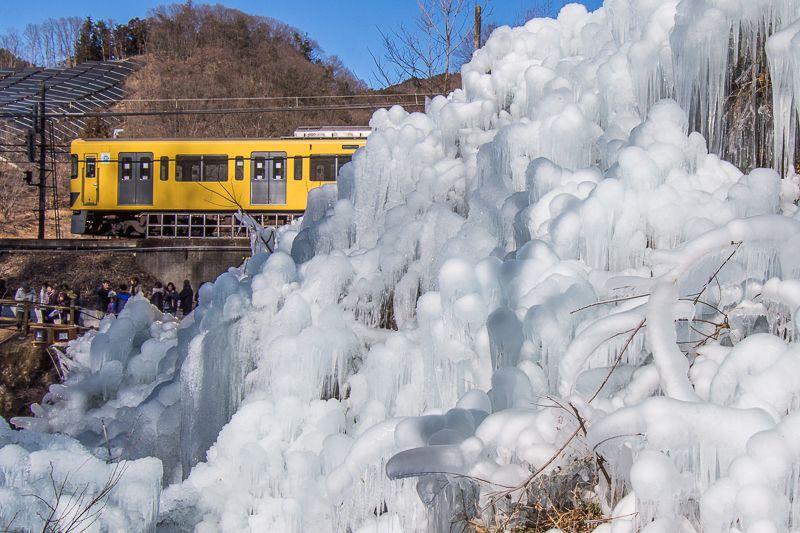 「あしがくぼの氷柱」と電車のコラボ!
