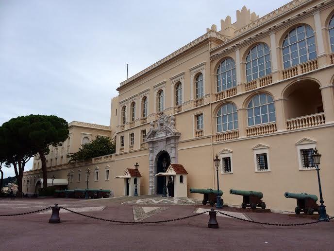 モナコ大公宮殿で見る衛兵交代