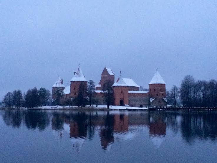 古都トラカイの湖に浮かぶ城