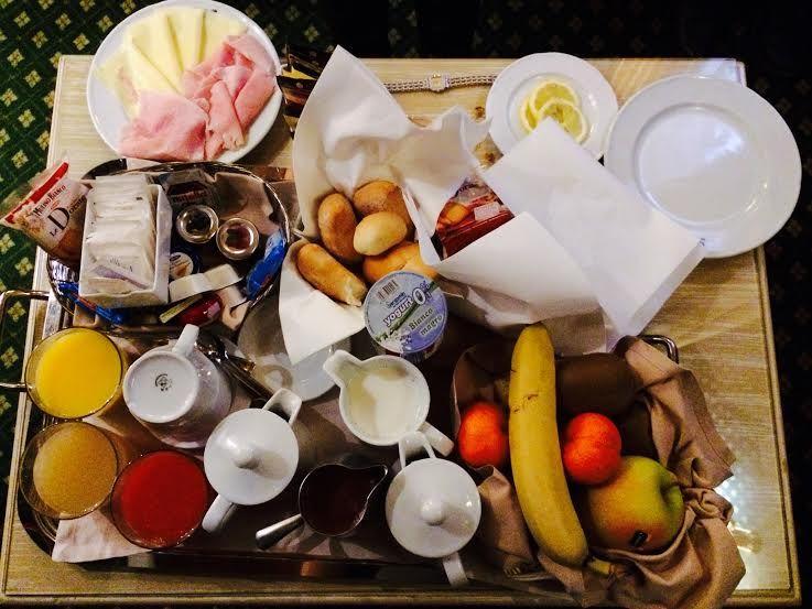 毎朝、客室に運ばれる朝食のルームサービス