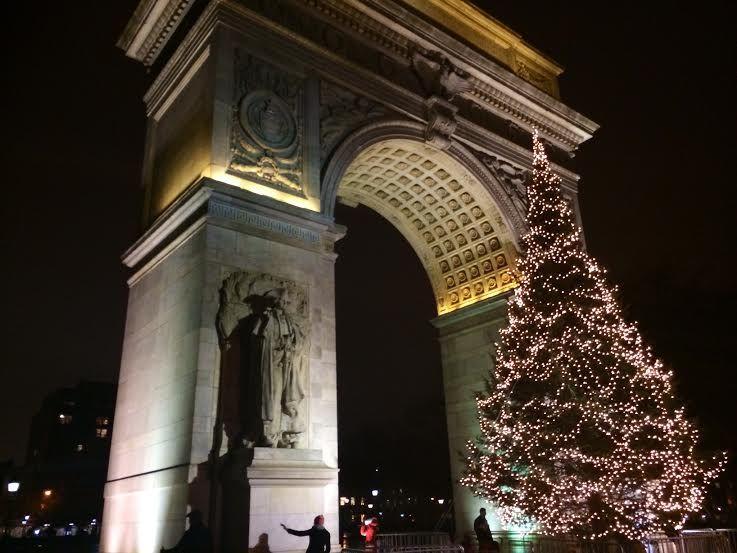 ワシントンスクエアパークの平和凱旋門とクリスマスツリー