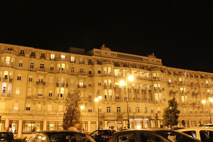 トリエステ湾でもひときわ目立つ豪華なホテル