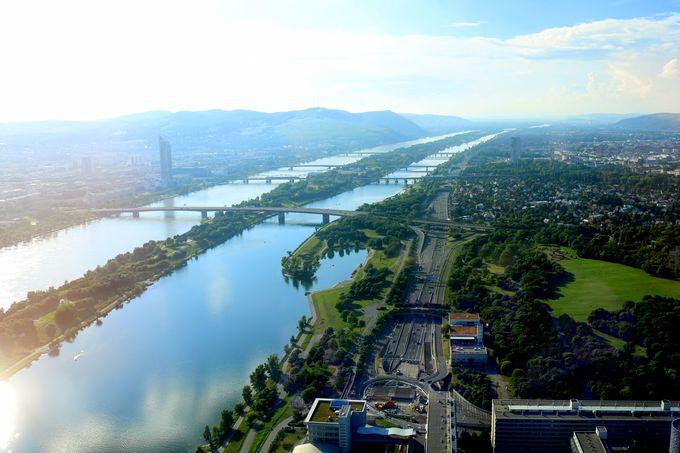 ドナウ川を見下ろす57階のラウンジ
