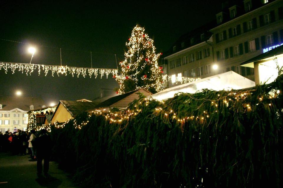 広場の巨大なクリスマスツリーが目印