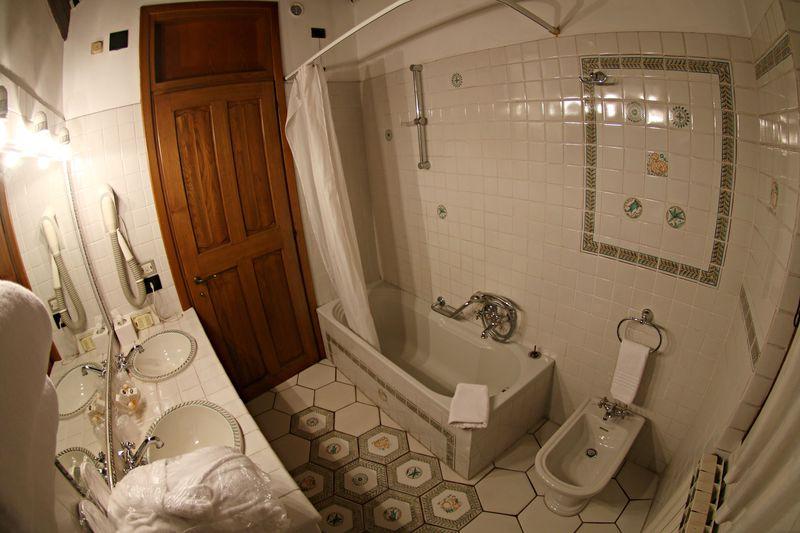 貴族の暮らしぶりをそのままに残すかのような客室