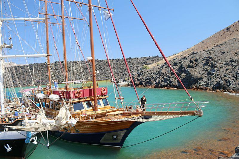 火山に温泉、世界一の夕日も!ギリシャ・サントリーニを一日冒険