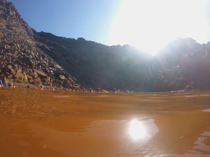 海中にある硫黄温泉に向かって、思い切ってダイブ!