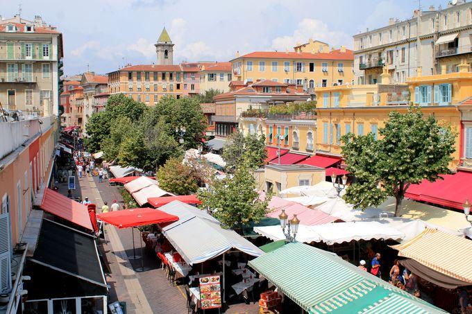 旧市街のサレヤ広場の市場と大聖堂