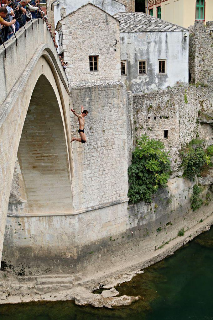 世界遺産の街モスタルを代表する橋「スターリ・モスト」