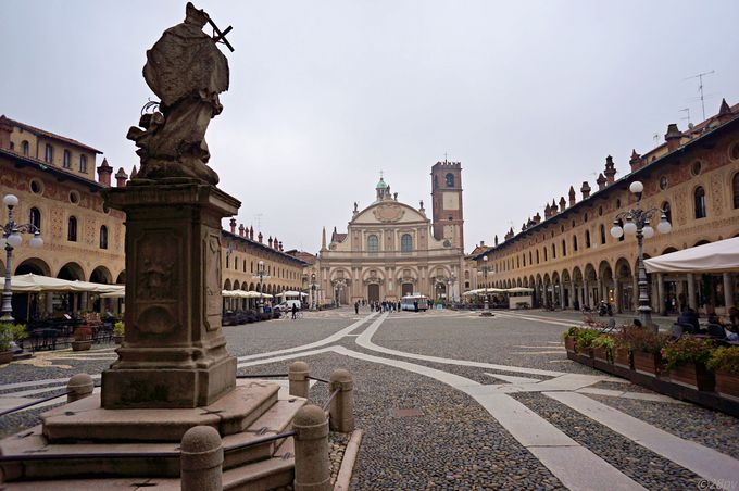 イタリア有数の美しい広場を持つ、靴の街ヴィジェヴァノ