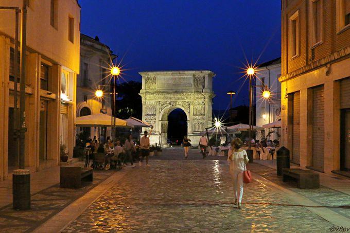 アッピア街道の歴史を物語る「トラヤヌスの凱旋門」