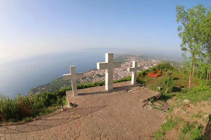 パノラマ背後に十字架が映える「レ・トレ・クローチ」