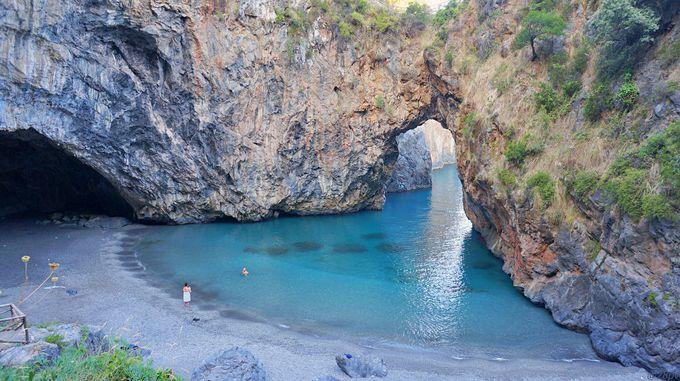 青の洞窟も見られる!「アルコマーニョ・ビーチ」