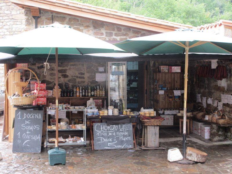 お土産屋には、アンチョビや地元のお菓子がオススメ
