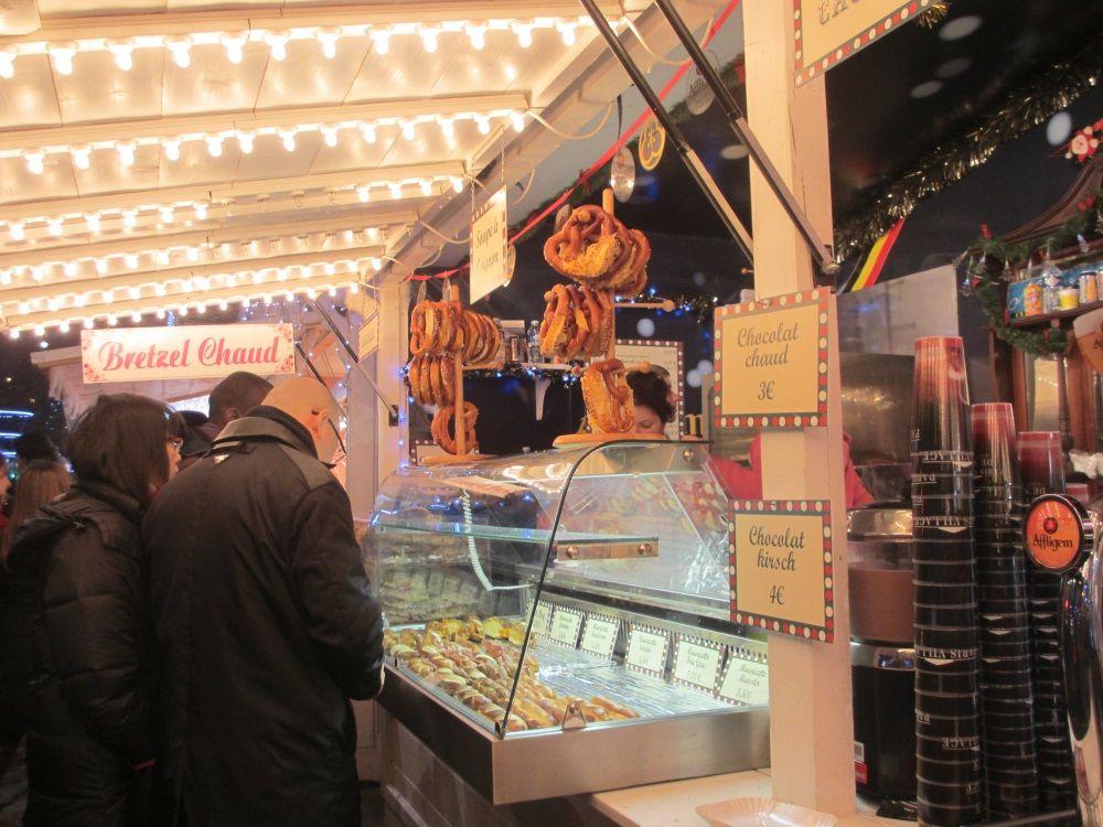 フランスB級グルメも楽しめる、シャンゼリゼ通りの巨大クリスマスマーケット