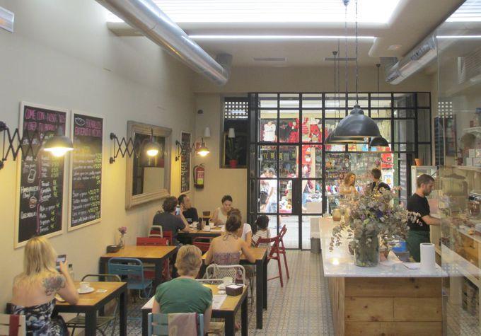 バレンシア中央市場からすぐ!古い建物を活かしたカフェ「Trencat」