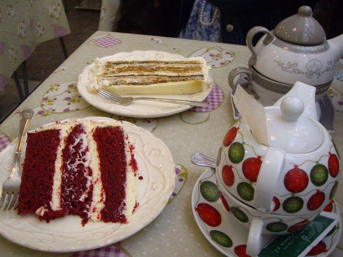 観光やショッピングにも便利!ド派手なケーキが美味しい「Antique Cafe」