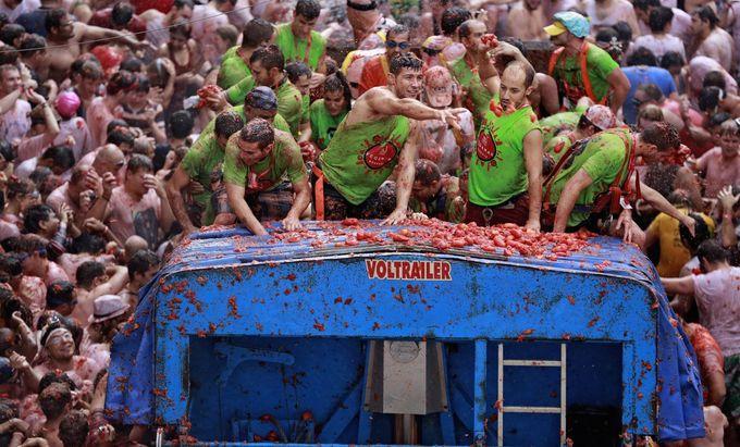 いよいよ「トマト投げ祭り」開始!