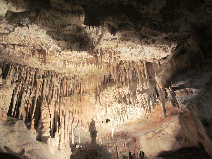 「ドラック洞窟」内を歩いて散策