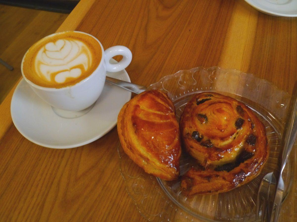 美味しいパンと静かなカフェスペースを楽しむ「サンタ・エウラリア」