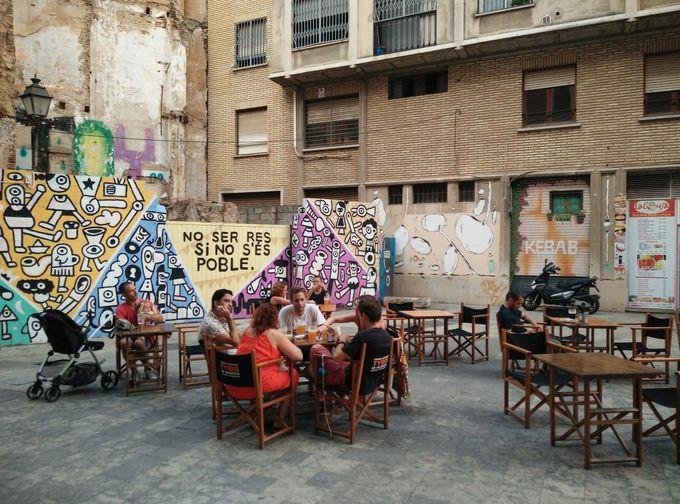 旧市街でクラフトビールとタパスをテラス席で堪能「ティリス・オン・タップ」