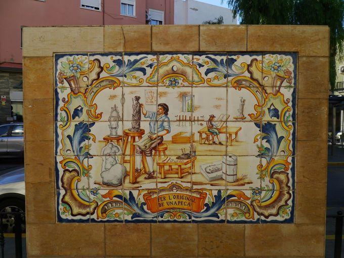 絵付けタイルで飾られた通り「Blasco Ibáñez」を歩こう