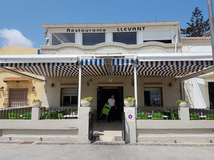 遊歩道が美しい「パタコナ・ビーチ」のレストラン「ジェバント」