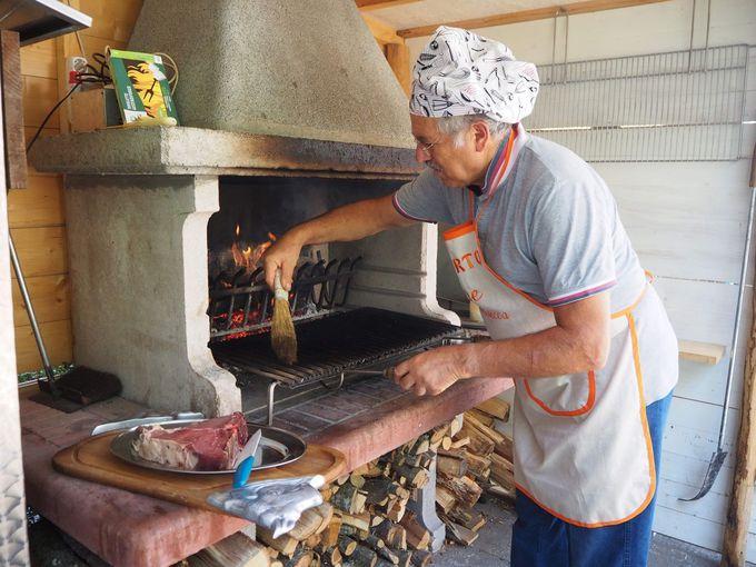イタリア最高の炭火焼きステーキのデモンストレーション