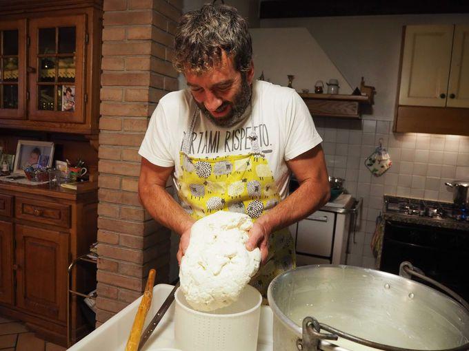 チーズ職人のデモンストレーション
