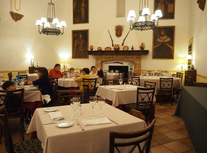 ホテル内のレストランでアラゴングルメ&ワイン