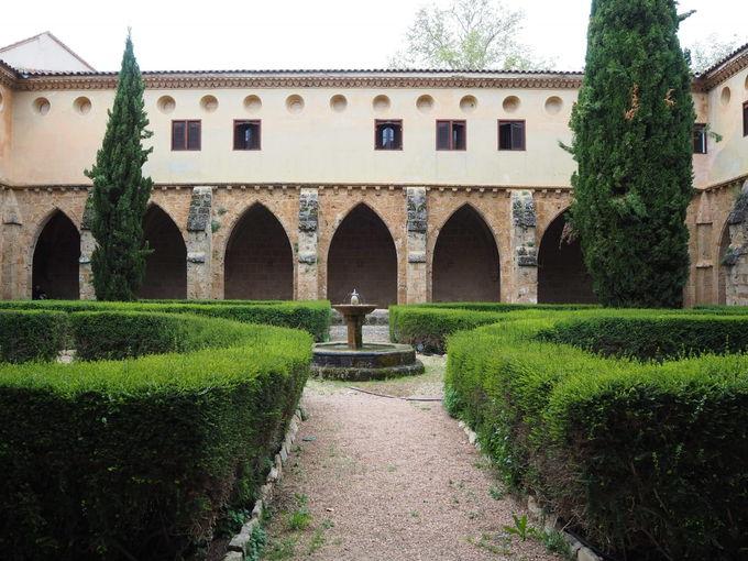廃墟となった中庭や礼拝堂を見学
