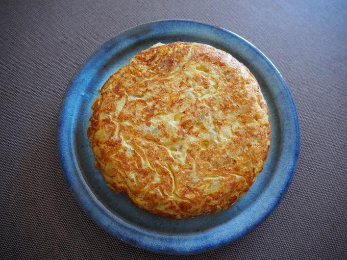 スペイン風オムレツの作り方:卵を合わせてひっくり返して完成!